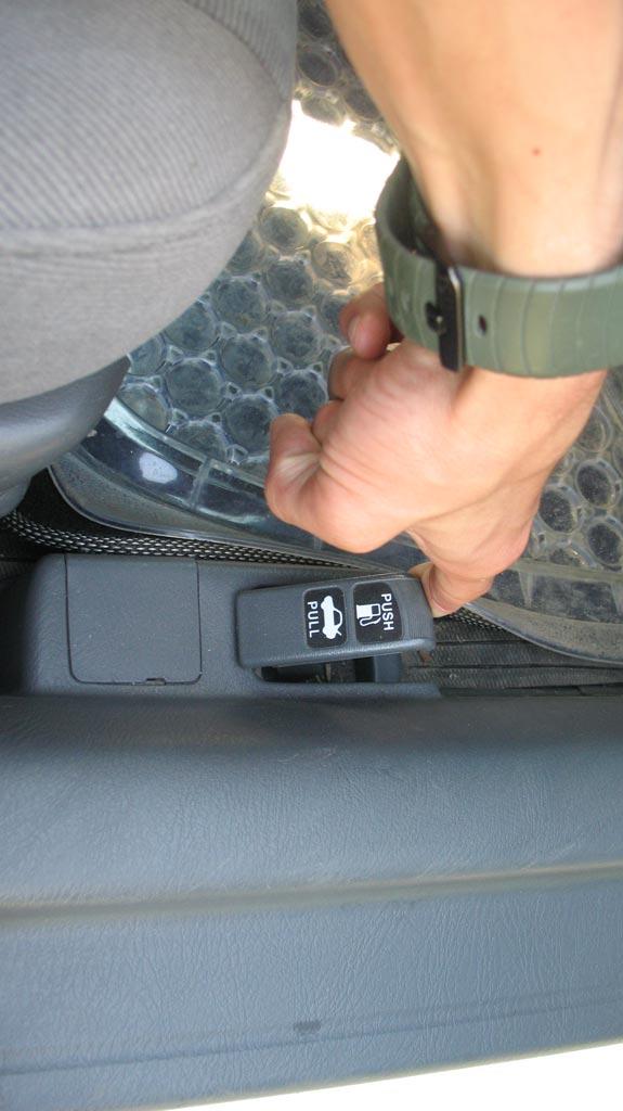 Потянуть за рычаг привода замка крышки багажника honda civic ferio
