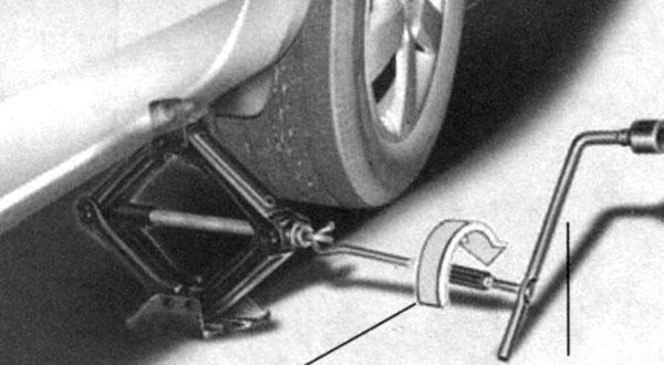 Замена колеса с помощью домкрата | Расположение запасного колеса, домкрата и инструмента | Honda civic ferio